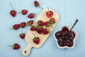 vue de dessus des fraises fraîches et de la confiture
