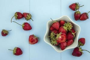 vue de dessus de fraises fraîches sur fond bleu photo
