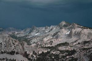 Chaîne de montagnes sous un ciel d'orage bleu pendant la journée