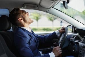 l'homme hurle dans la voiture