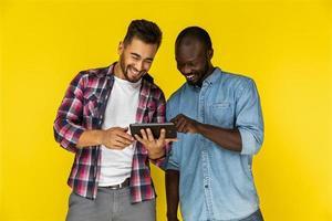 deux hommes appréciant regarder des vidéos sur la tablette