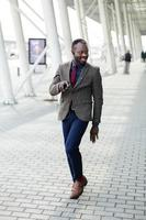 heureux homme d'affaires afro-américain danse photo