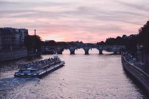 Bateau de tourisme à paris au coucher du soleil