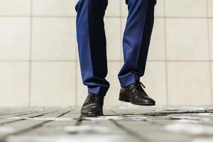 les pieds de l'homme dansent
