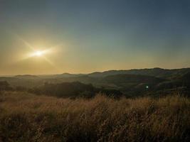 montagnes à l'heure d'or photo