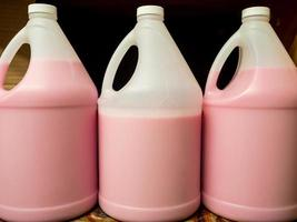 savon liquide pour les mains bouteilles en plastique rose poignée d'étagère de désinfectant photo