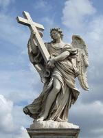 figure d'ange avec une croix de pierre
