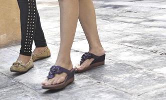 marcher dans des chaussures sur le trottoir dans le parc photo
