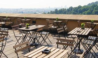 intérieur du restaurant sur la terrasse avec vue sur la ville photo