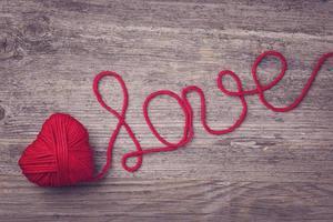 coeur rouge de fil de laine rouge photo