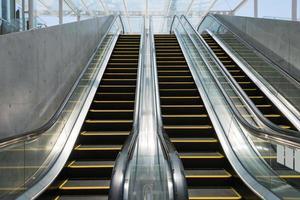 vue à faible angle de trois escaliers mécaniques (xxxlarge) photo