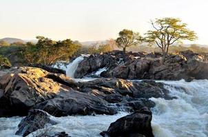 Lever du soleil aux chutes de ruacana en Namibie