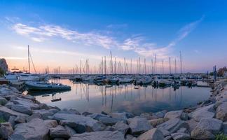 port avant le lever du soleil. photo