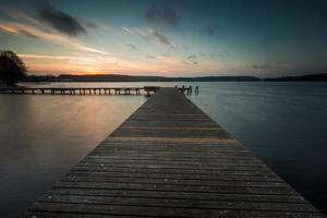 paysage de lac avec jetée. exposition de longue durée photo