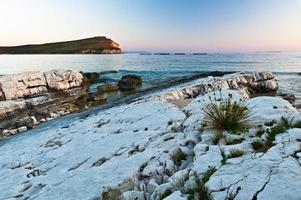 Détail de la côte dans la baie de Porto Palerme, Albanie