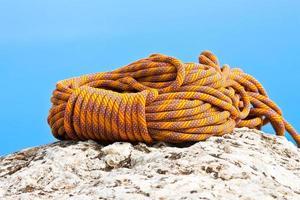 corde d'escalade enroulée et placée sur le rocher photo