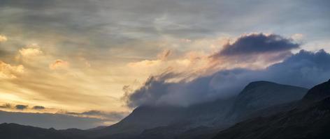 magnifique paysage de montagne au lever du soleil avec des couleurs vibrantes et beau photo