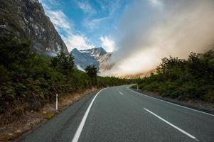 route courbe vers la brume