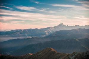 coucher de soleil sur le majestueux sommet de la montagne, effet de film vintage photo