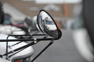 bus d'activité vu d'un miroir photo