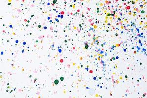 gouttelettes d'aquarelle sur papier blanc
