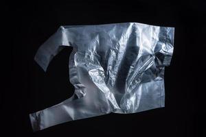 déchets en plastique sur fond noir photo