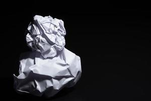 papier froissé sur fond noir