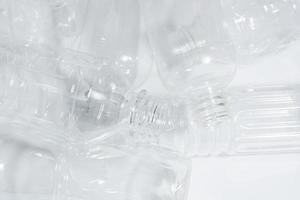 bouteilles en plastique vides sur fond blanc