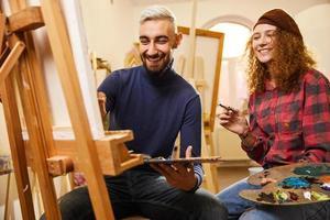 couple élégant souriant et peinture
