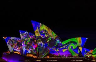 Sydney, Australie, 2020 - lumières colorées sur l'opéra de sydney