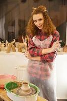 fille dans son atelier de poterie