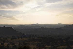 silhouette de montagnes au coucher du soleil photo