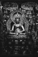 Namdroling monastery, Inde, 2020 - niveaux de gris d'une statue de dieu hindou