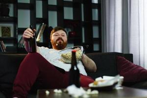 homme relaxant, manger du pop-corn photo