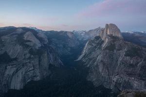 vue à vol d'oiseau des montagnes au crépuscule