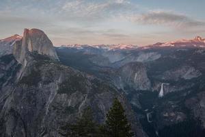 photographie à grand angle d'une montagne