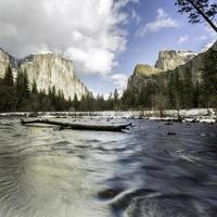 Riverscape longue exposition dans la vallée de Yosemite photo