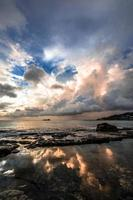 cumulus sur la silhouette d'un ferry en mer