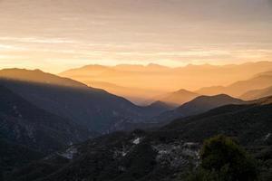 Scape de montagne couverte de brume dorée