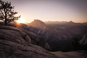 Le soleil se couche sur le parc national de la vallée de Yosemite