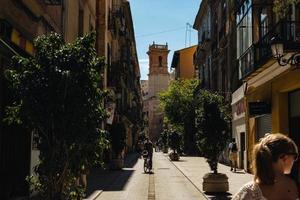 Valence, Espagne, 2017-homme à vélo dans une ruelle animée