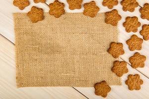 biscuits de pain d'épice de Noël avec des flocons de neige