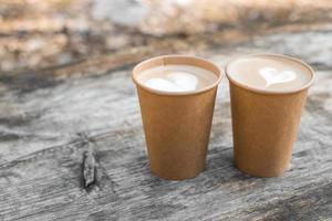 deux lattes avec des verres