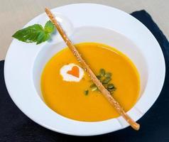 savoureuse soupe au gingembre jaune