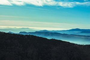 vue aérienne des montagnes et des nuages