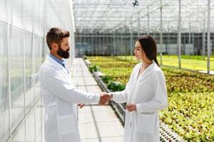 scientifiques se serrant la main