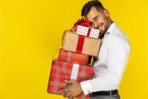 homme tenant des cadeaux