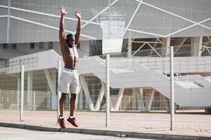 Homme afro-américain attrayant travaillant dans la rue