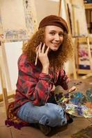 artiste tenant des peintures