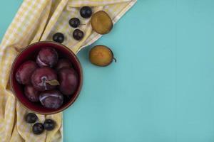 assortiment de fruits sur fond bleu